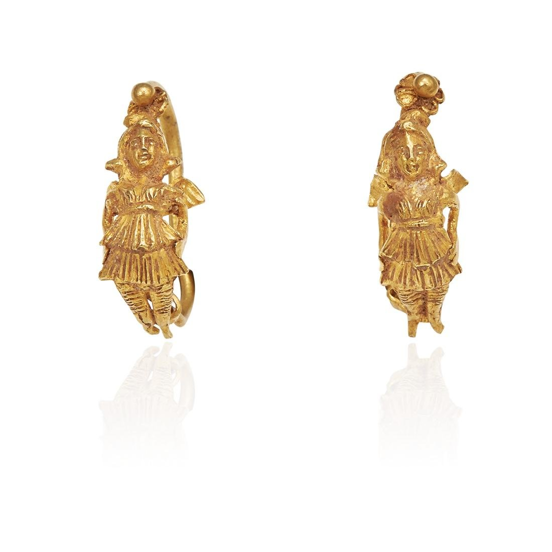 A PAIR OF ANCIENT ROMAN EARRINGS in high carat yellow