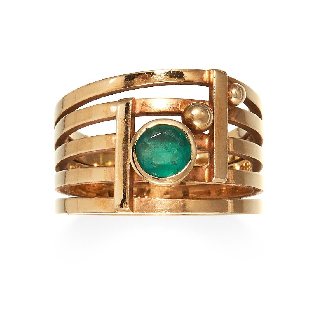 AN EMERALD DRESS RING in high carat yellow gold, the