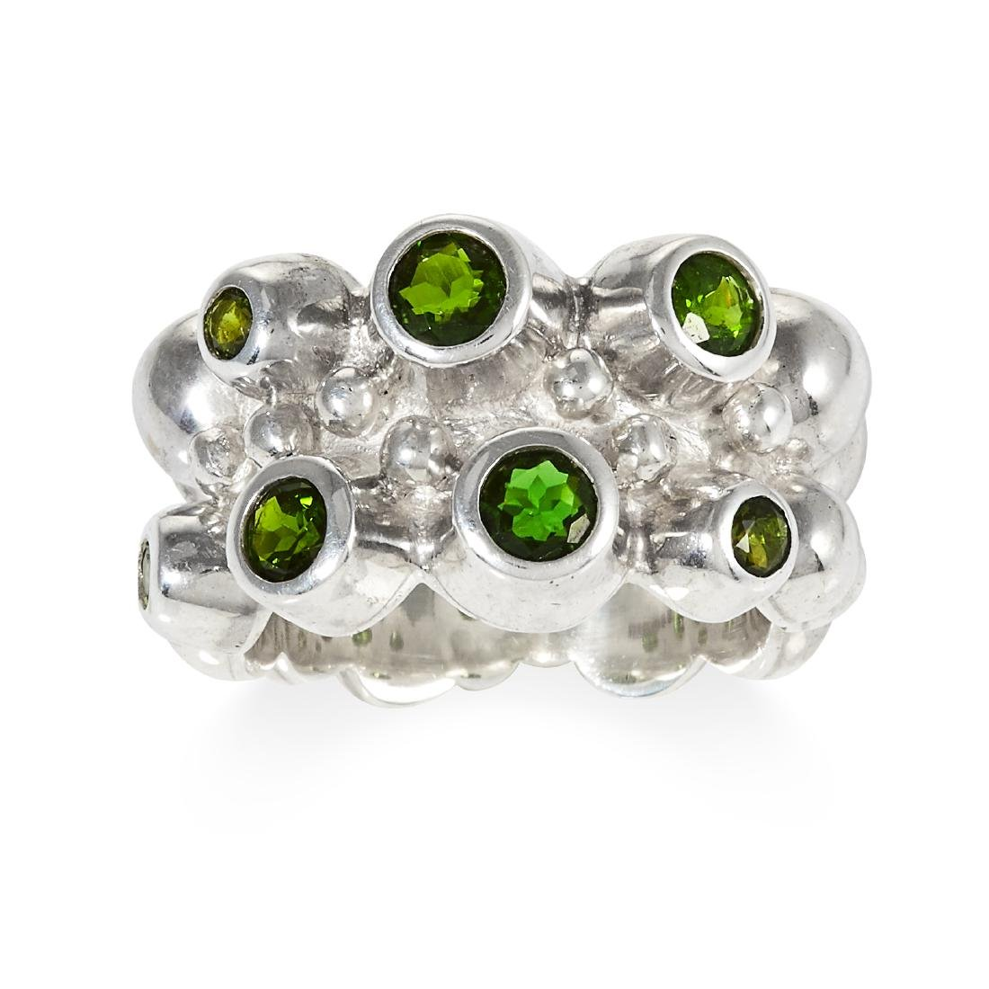 A DIOPSIDE RING in sterling silver, set with seven