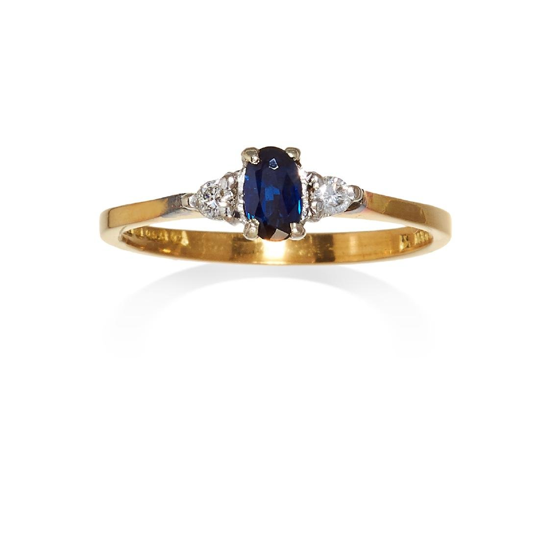 A SAPPHIRE AND DIAMOND THREE STONE RING in 18ct yellow