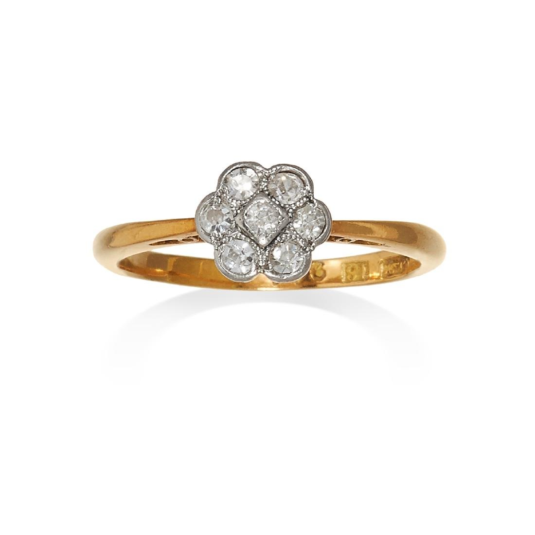 AN ANTIQUE DIAMOND CLUSTER RING in 18ct yellow gold,