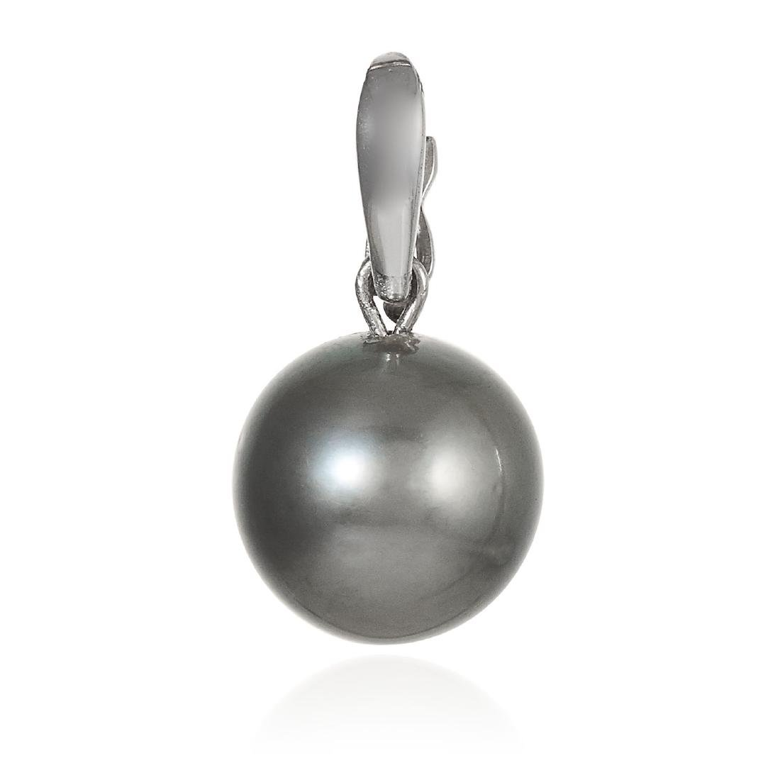 A GREY PEARL PENDANT in 18ct white gold, suspending a