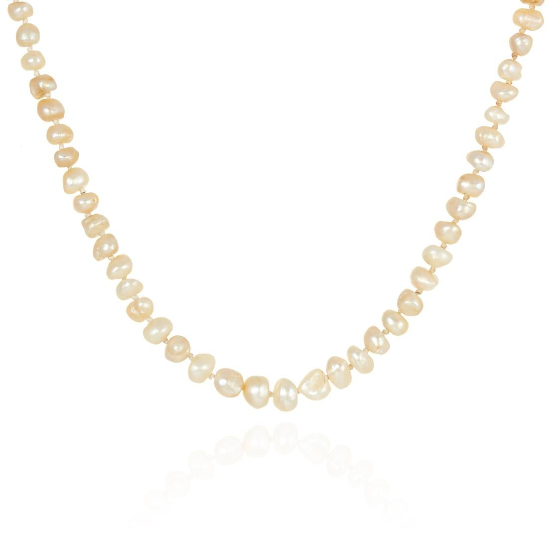 AN ANTIQUE PEARL NECKLACE in 18ct gold, comprising of