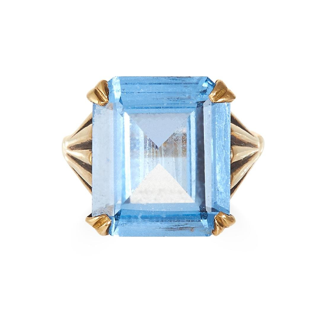 A BLUE SPINEL DRESS RING in yellow gold, set with a