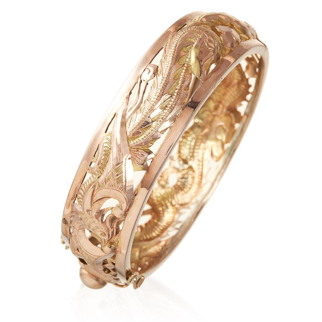 AN ANTIQUE CHINESE BANGLE / BRACELET in high carat