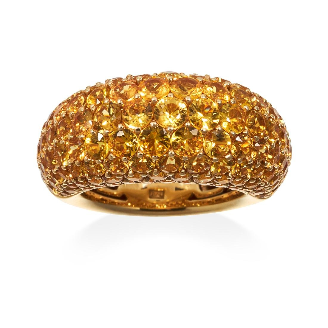 A YELLOW SAPPHIRE DRESS RING in 18ct yellow gold, bombe