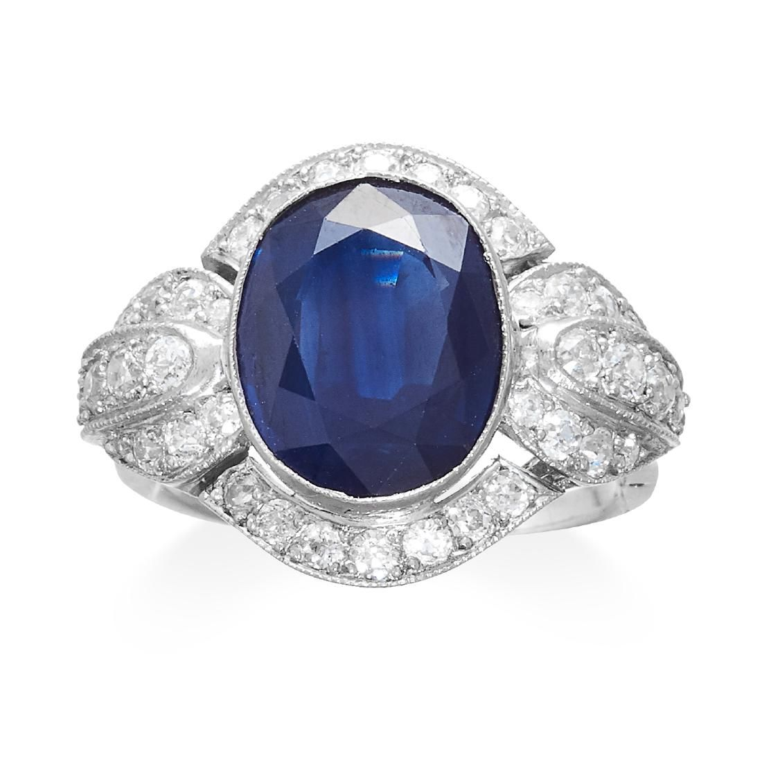 AN ART DECO SAPPHIRE AND DIAMOND RING in 18ct white