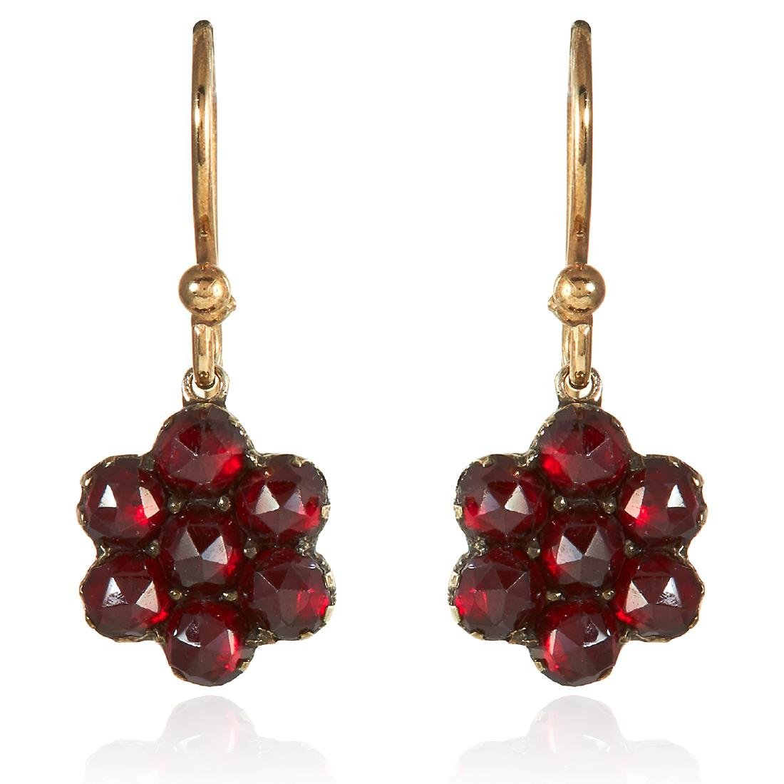 A PAIR OF GARNET EARRINGS in yellow gold, designed as a