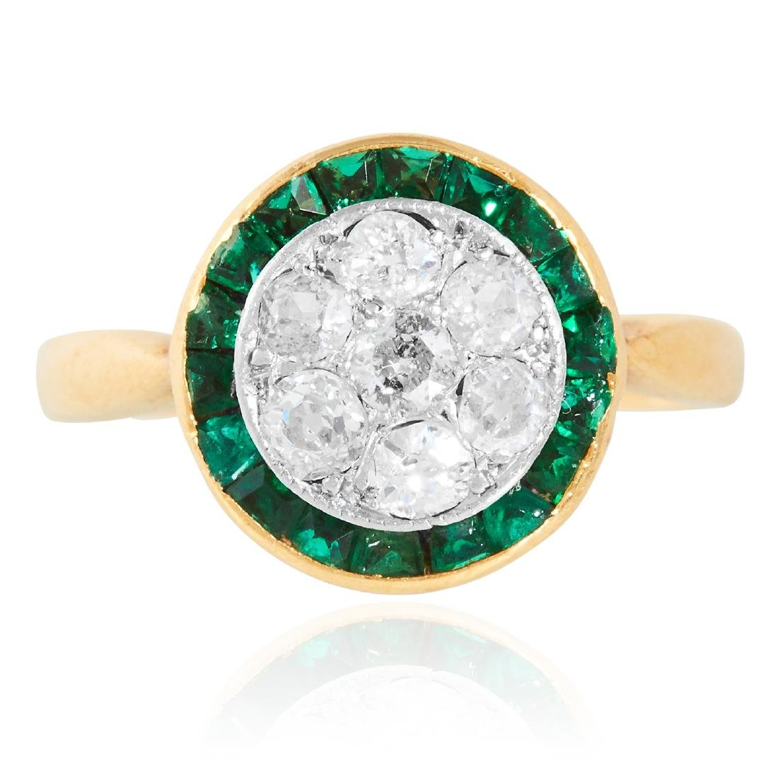 AN ANTIQUE ART DECO DIAMOND AND EMERALD CLUSTER RING in