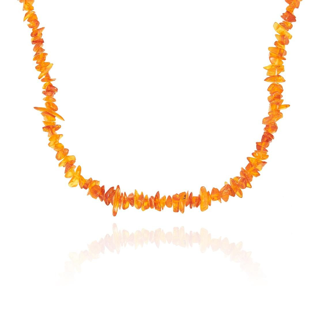 AN AMBER BEAD NECKLACE comprising of a single strand of