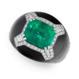 AN EMERALD, DIAMOND AND ONYX BOMBE RING in 18ct white