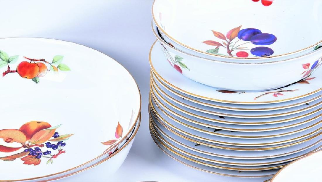 A Royal Worcester part dinner service  in the Evesham - 4