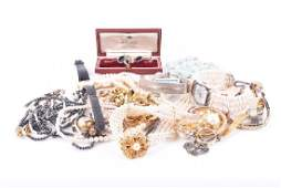 A group of various jewellery items including pearl
