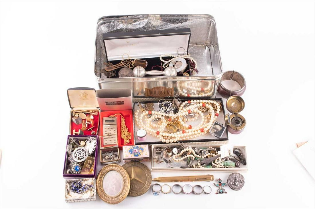 A group of various jewellery and silver items including