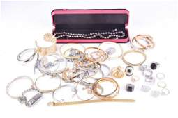 A group of various costume jewellery items, to include