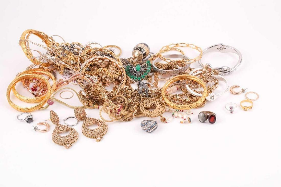 A group of various costume jewellery items, including