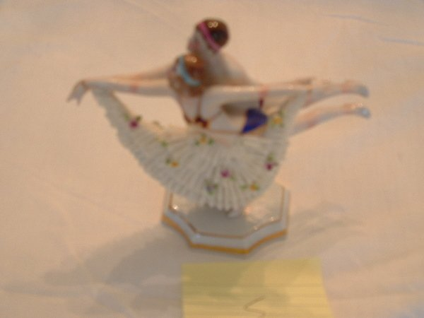 1006: Meissen figurine (Dancing pair)
