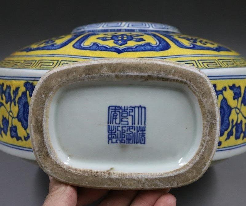 Qing Qianlong Yellow Plain Blue and White Flat Bottle - 7