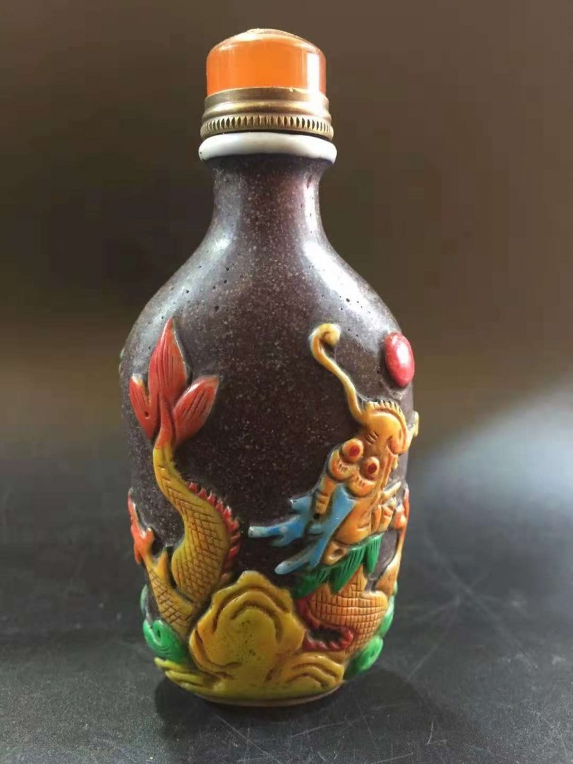 Glass exterior Carver snuff bottle - 3