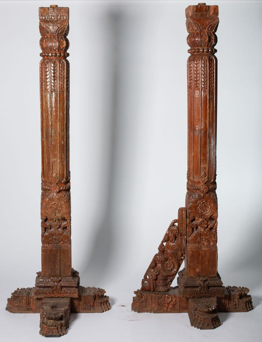 Pareja de columnas de altar. Indonesia. s. XIX – XX.