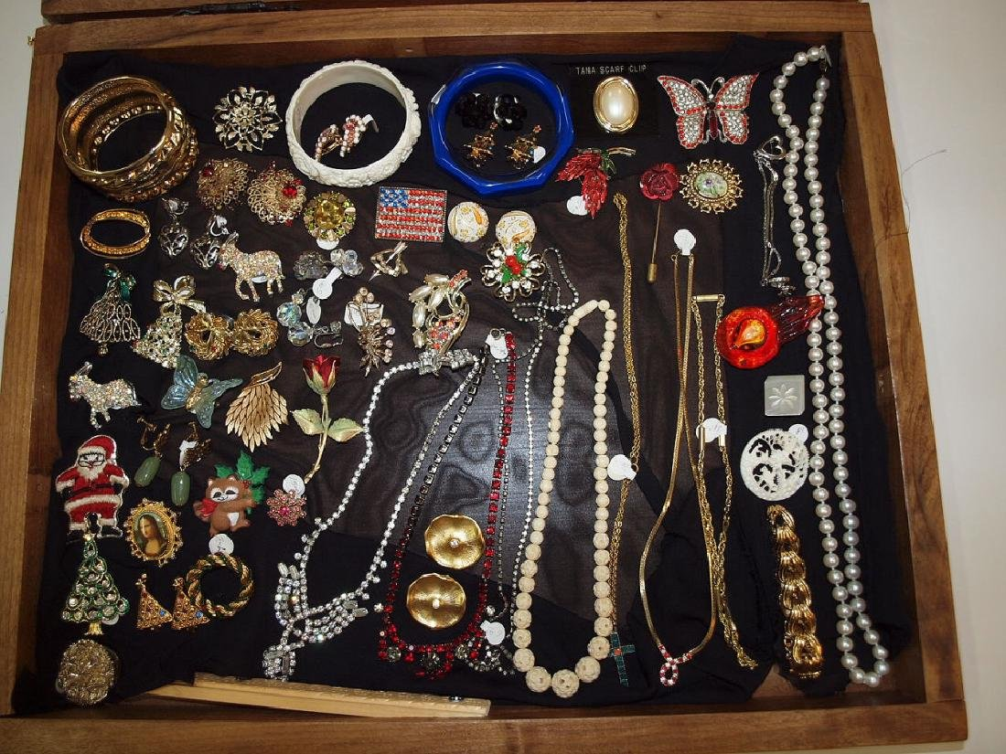 Counter top showcase with costume jewelry: brooches,