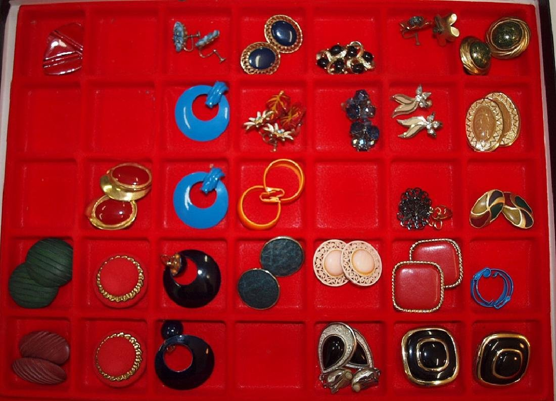 Showcase with 26 pairs earrings