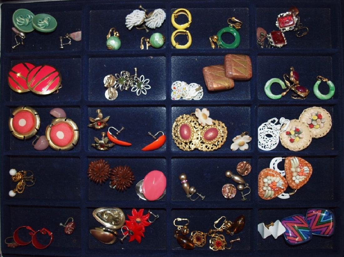 Showcase with 28 pairs earrings
