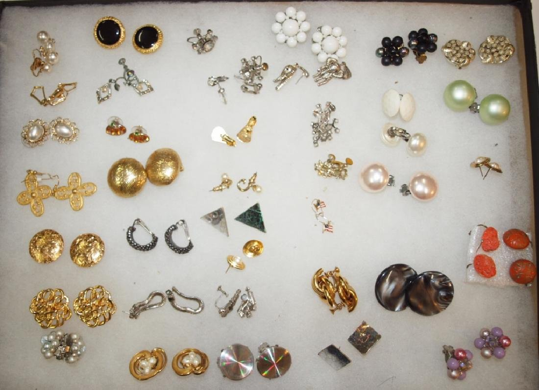Showcase with 40 pairs earrings