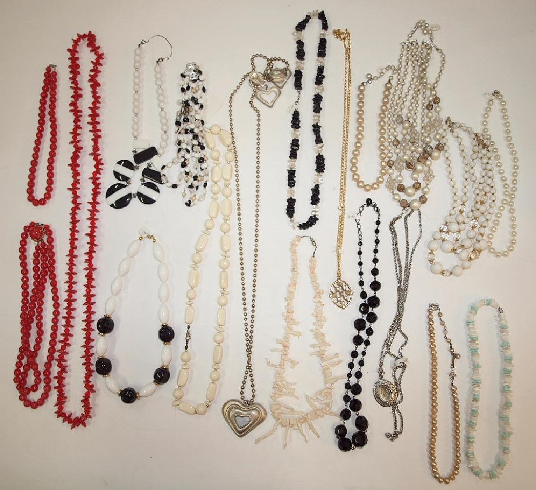 Lot of 19 necklaces