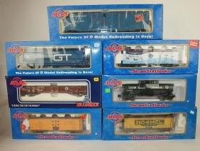 Atlas lot of 7 train cars: 60' auto parts box car, 40'