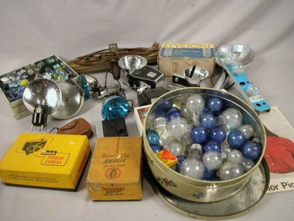 1021: Vintage group of camera accessories - flash units