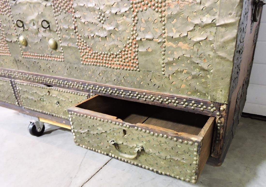 Early Kuwaiti chest with brass plates and - 4