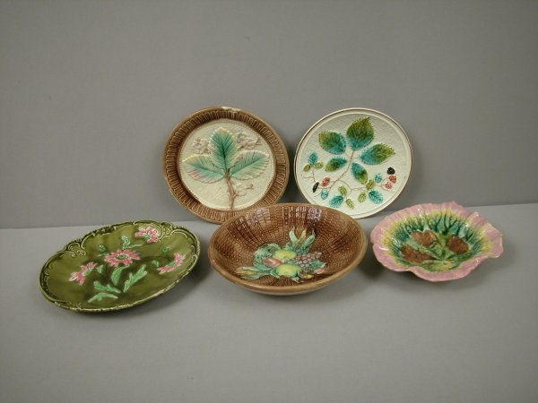 7: Majolica group of 3 plates, fruit bowl and Etruscan