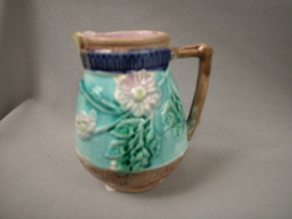 412: Majolica Wildrose creamer with butterfly spout, tu