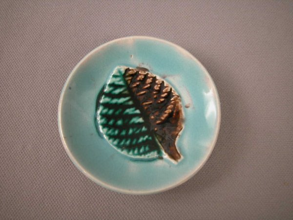 507: Majolica  Butter pat with leaf on turquoise ground