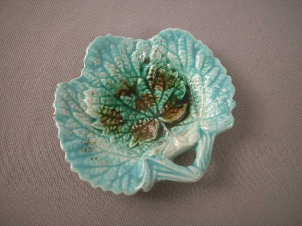 511: Majolica  Leaf shaped butter pat with stem handle