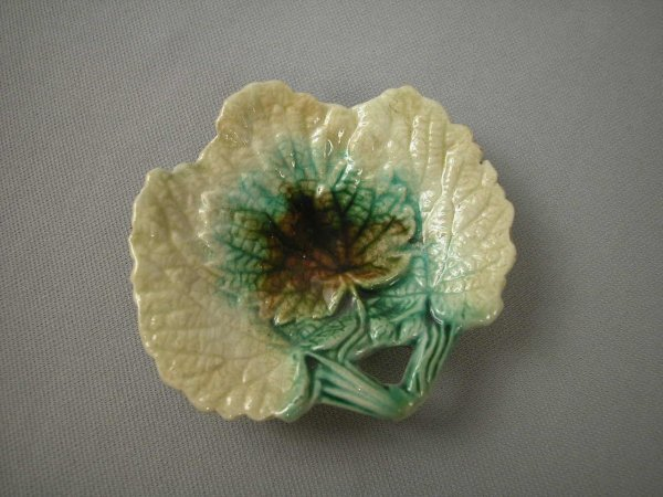 512: Majolica  Leaf form butter pat with handle