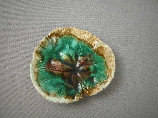 515: Majolica  Mottled leaf form butter pat