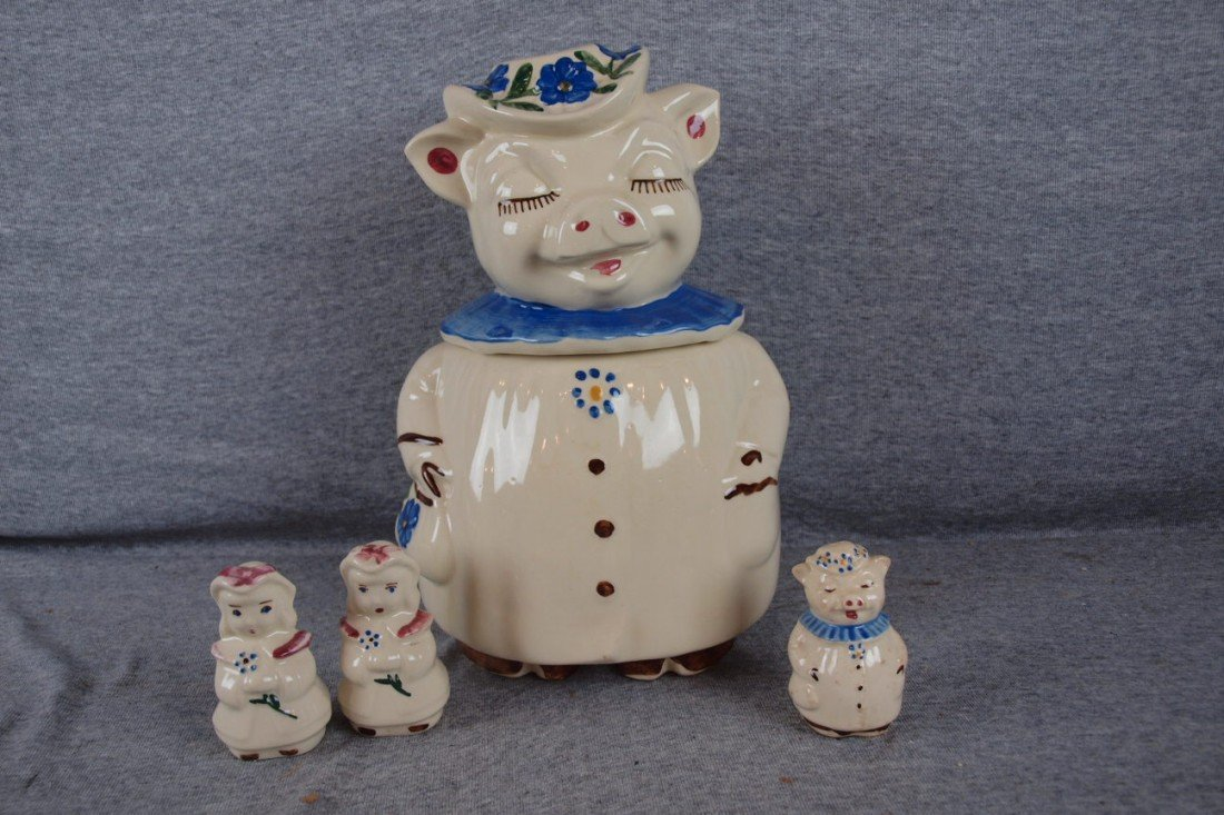 33: Shawnee Winnie pig cookie jar with blue collar AND