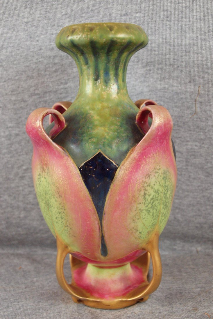 102: Amphora vase with four leaves with rolled tips cre