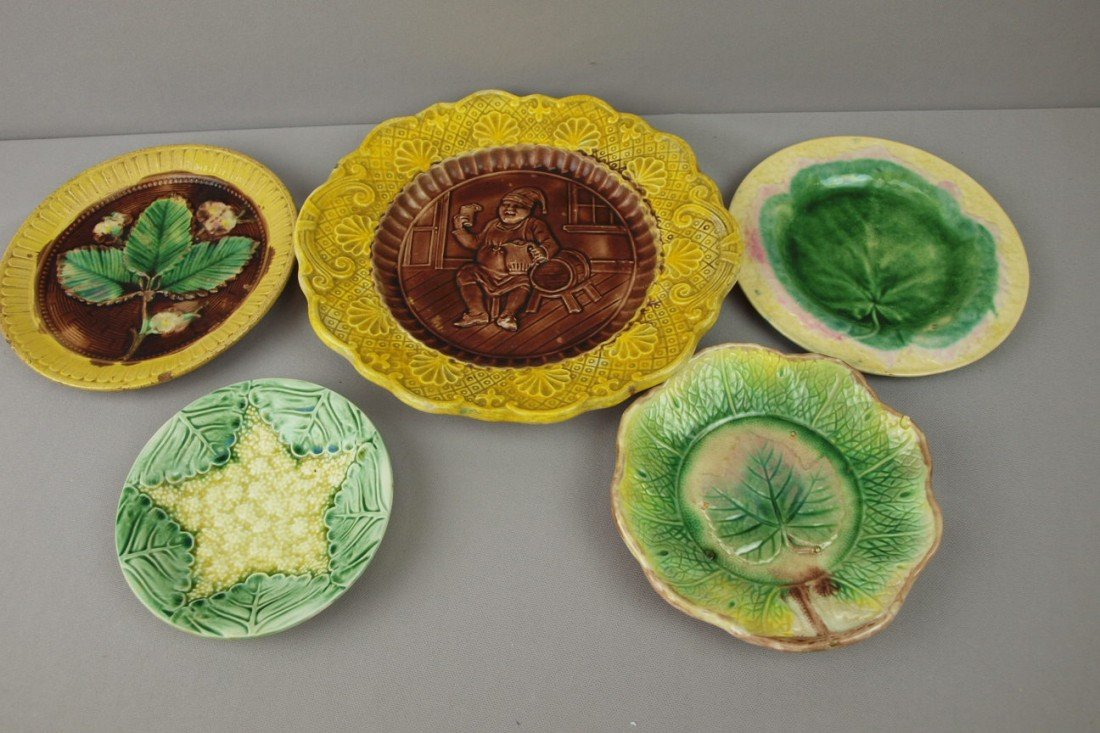 25:  Majolica lot of 5 plates and platters, various con