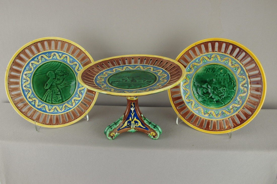 534:  WEDGWOOD scenic comport and 2 matching plates wit