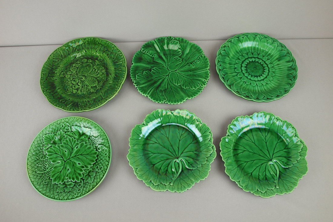 21: Majolica lot of 6 dark green plates, some Wedgwood,