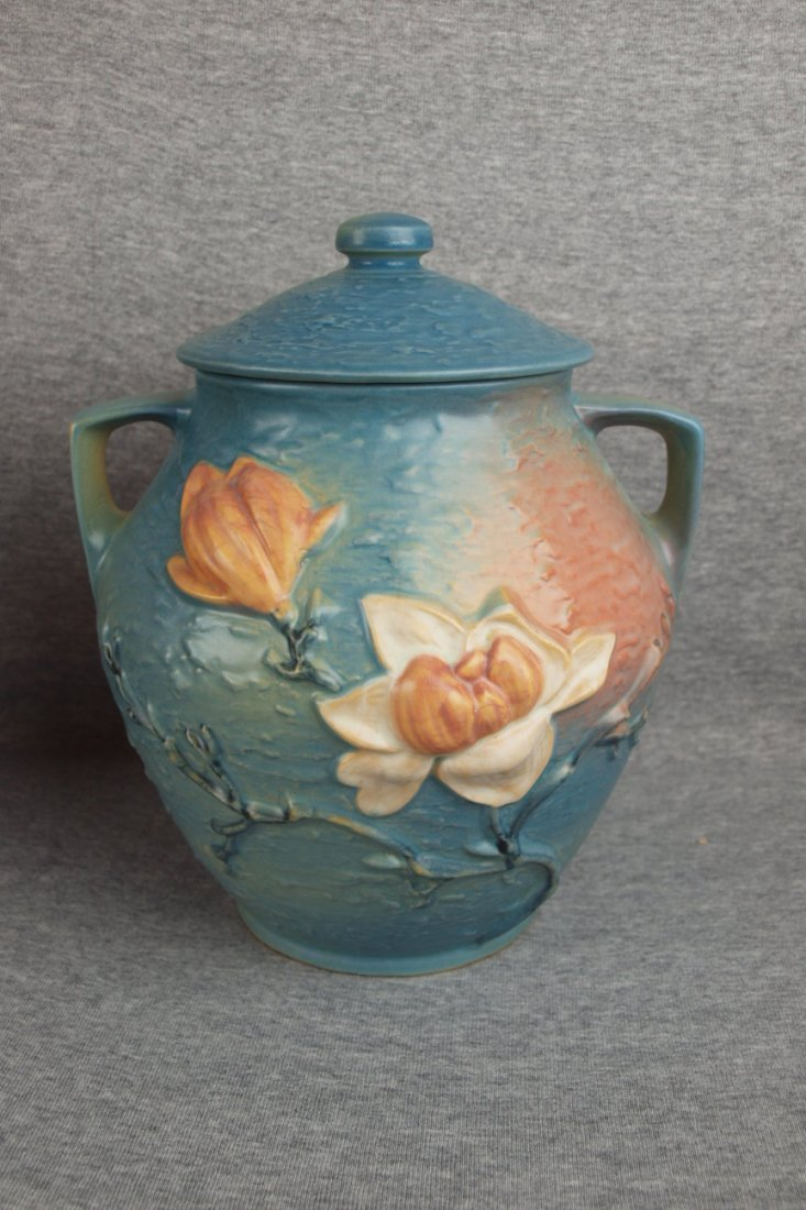 "29: Roseville blue Magnolia cookie jar, 2-8"", professio"