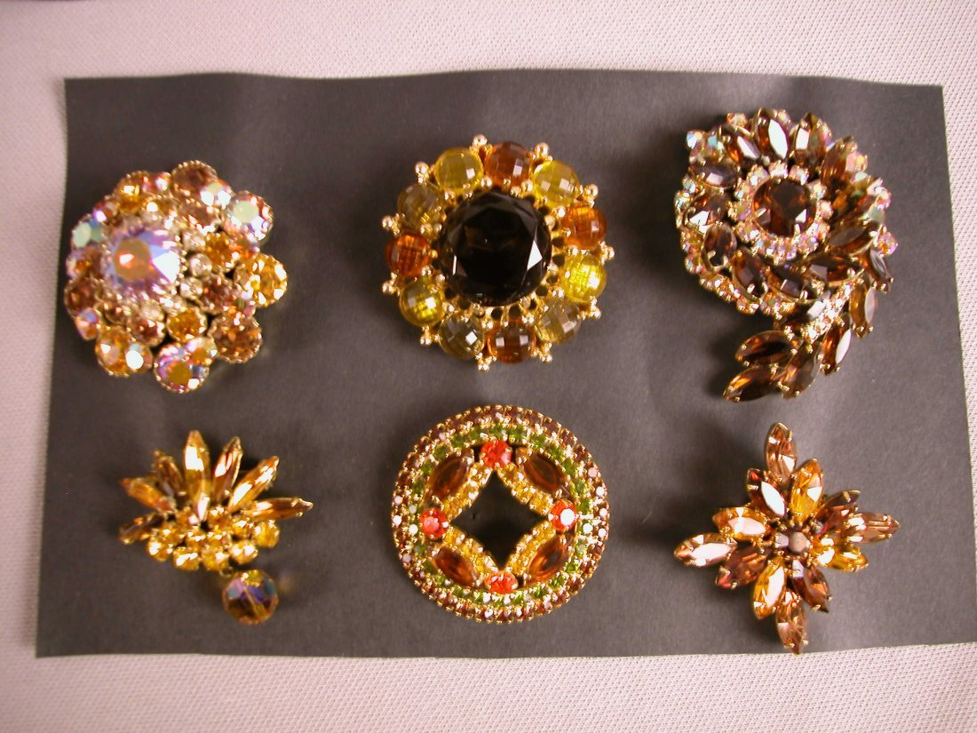 8: Lot of 6 brooches