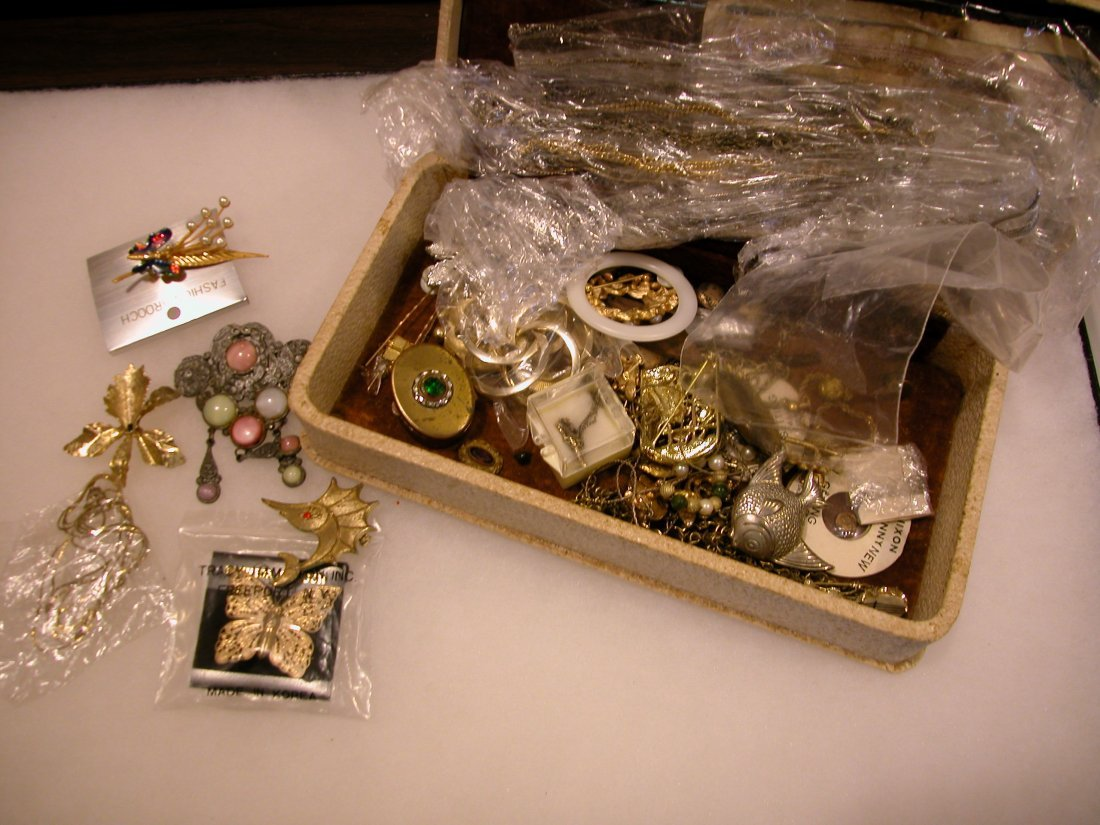 11: Lot of assorted jewelry