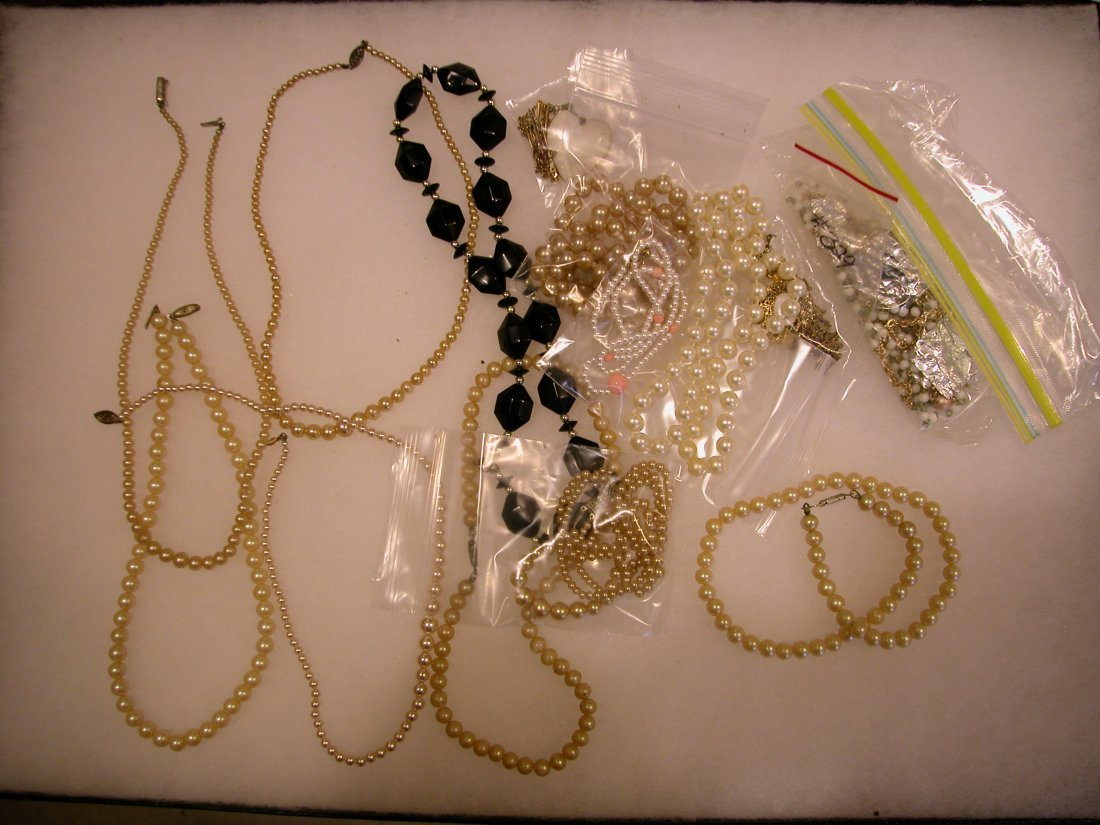 15: Lot of assorted jewelry