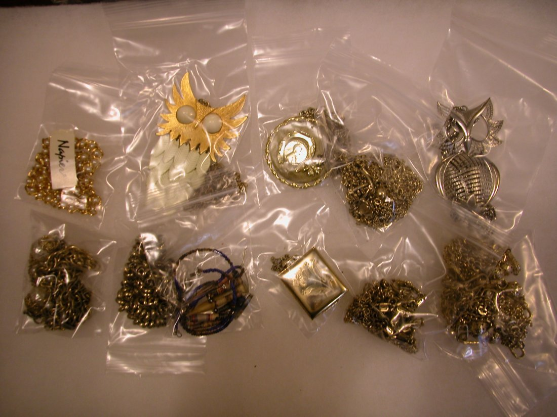 17: Lot of assorted jewelry