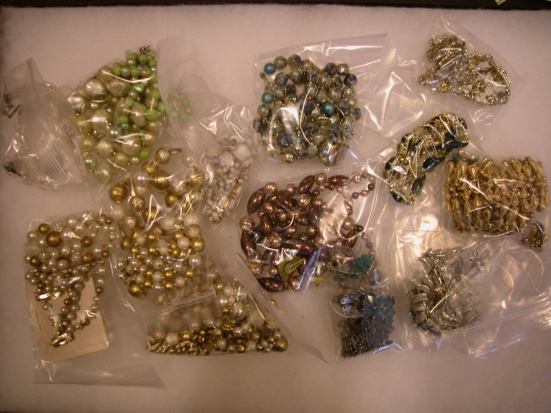 19: Lot of assorted jewelry