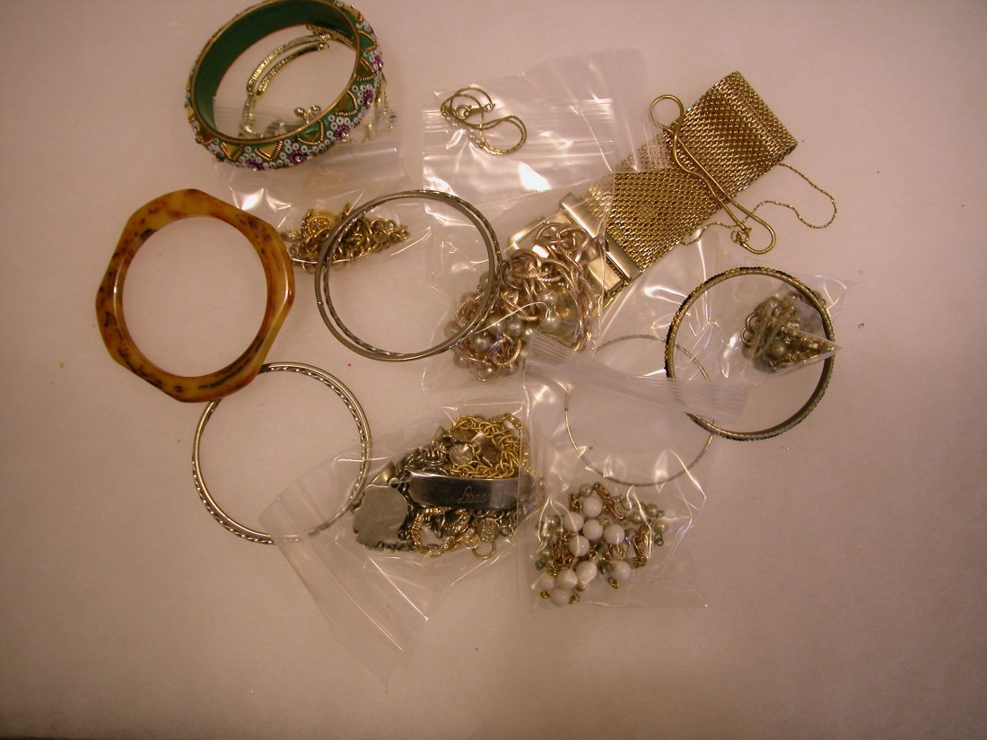 21: Lot of assorted jewelry